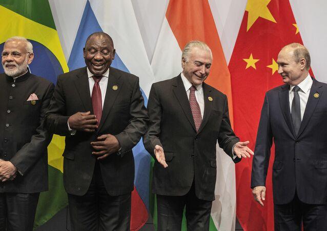 BRICS首脳会議の記念撮影、国旗間違いで失敗