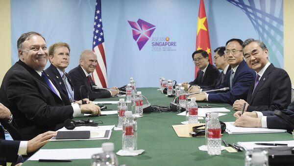 Госсекретарь США Майк Помпео и министр иностранных дел Китая Ван И на двусторонней встрече в кулуарах встречи министров иностранных дел стран АСЕАН в Сингапуре - Sputnik 日本
