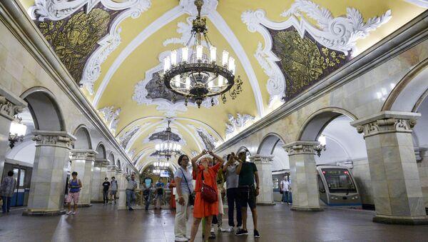 Туристы на станции Комсомольская кольцевой линии Московского метрополитена - Sputnik 日本