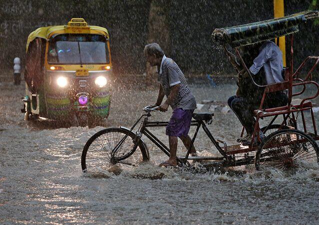 インドネシアと東ティモール 地滑りや洪水により少なくとも52人が死亡