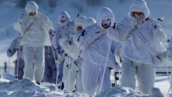 Военнослужащие 61-го отдельного полка морской пехоты Северного флота во время марш-броска - Sputnik 日本