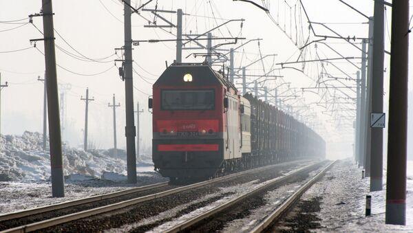 Грузовой поезд следует по одному из ответвлений Транссибирской железнодорожной магистрали в Новосибирской области - Sputnik 日本
