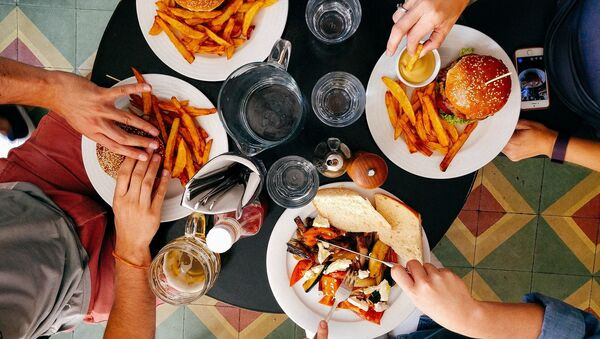 Люди во время обеда в ресторане - Sputnik 日本