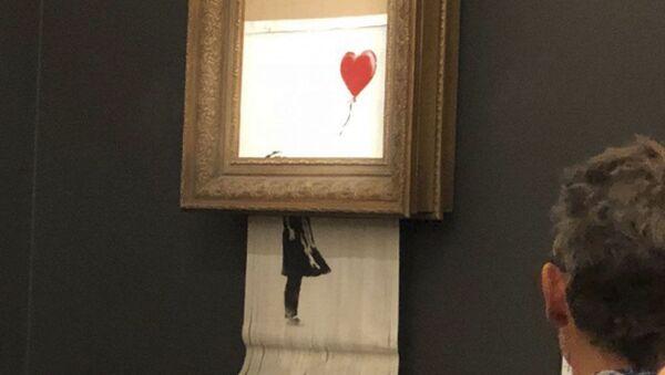 「赤い風船に手を伸ばす少女」 - Sputnik 日本