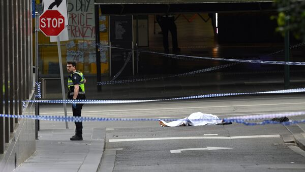A policeman stands near a body covered with a sheet near the Bourke Street mall in central Melbourne, Australia, November 9, 2018 - Sputnik 日本