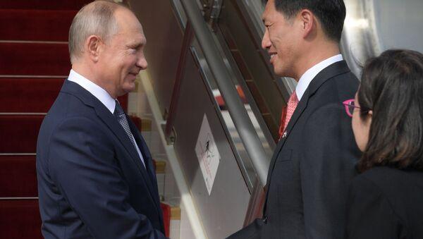 Президент России Владимир Путин во время церемонии встречи в аэропорту Сингапура Чанги - Sputnik 日本