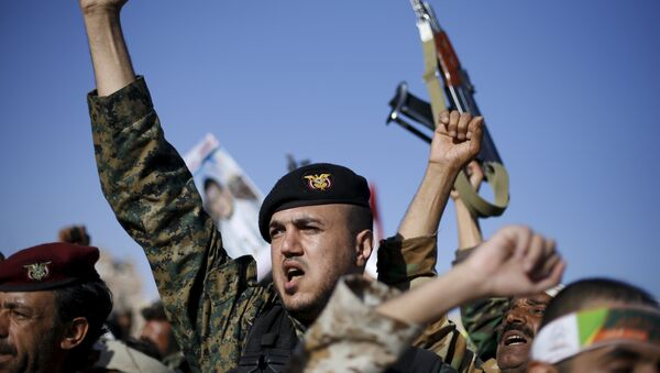 Followers of the Shi'ite Houthi movement shout slogans during a demonstration to commemorate Ashura in Yemen - Sputnik 日本