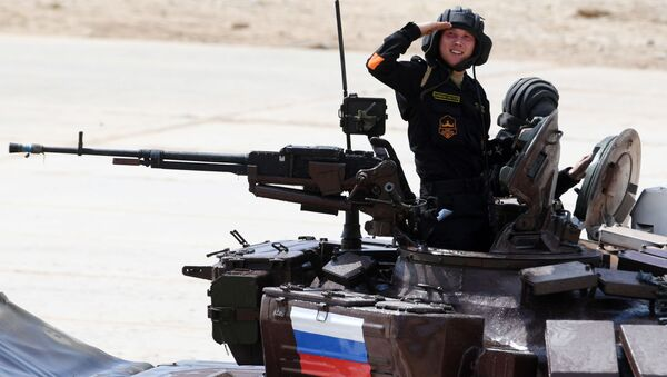 Russian Army team members take part in the tank biathlon individual race during the 2017 International Army Games at the Alabino training center in the Moscow Region - Sputnik 日本
