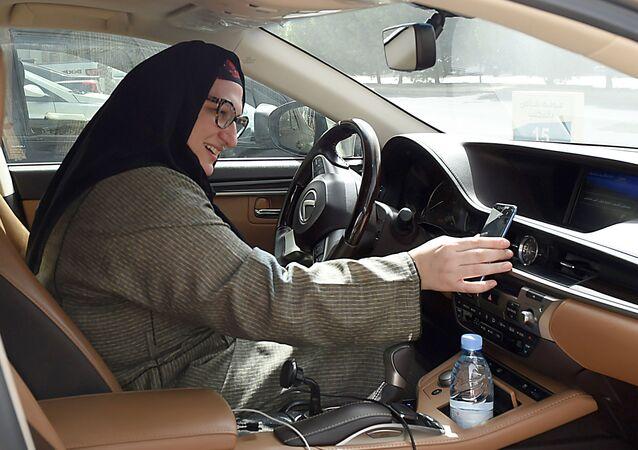 サウジで女性タクシー運転手が解禁