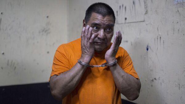 Бывший военный Сантос Лопес Алонсо во время ожидания первого слушания по делу о массовой расправе над мирными жителями - Sputnik 日本