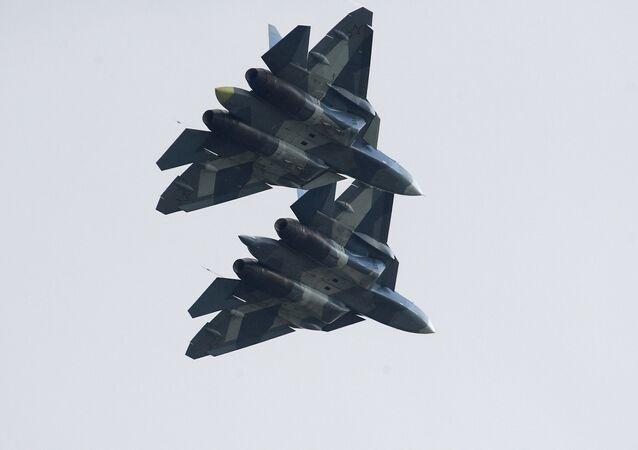 スホイ57戦闘機の寸分違わぬシンクロ着陸