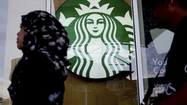 A Muslim woman walks past a Starbucks Coffee shop in Rawang outside Kuala Lumpur, Malaysia, Thursday, July 6, 2017. - Sputnik 日本