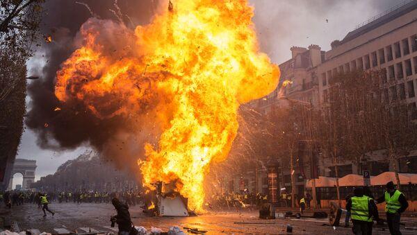 Столкновение участников акции протеста против роста цен на бензин желтые жилеты с силами правопорядка в Париже - Sputnik 日本