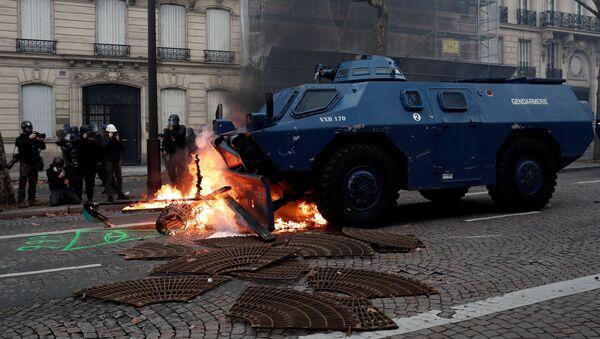 Сотрудники правоохранительных органов во время акции протеста участников движения желтых жилетов в Париже - Sputnik 日本