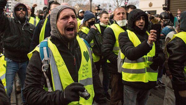 Участники акции протеста движения автомобилистов желтые жилеты в районе Триумфальной арки в Париже - Sputnik 日本