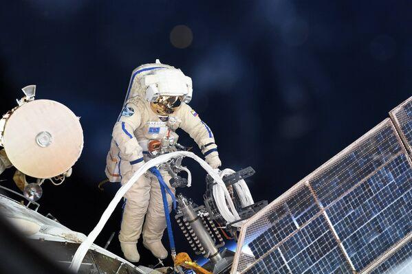 ロシア人宇宙飛行士が宇宙船の船外活動を行っている - Sputnik 日本