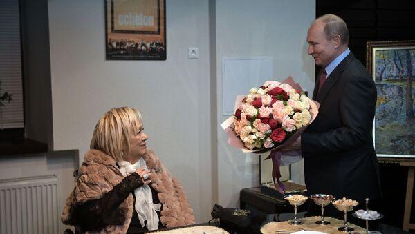 プーチン大統領に花束を贈呈されたガリーナ・ヴォルチェク(2018年12月19日) - Sputnik 日本