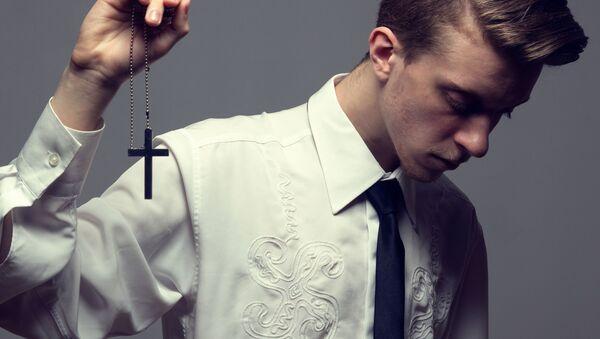Подросток с крестом в руках - Sputnik 日本