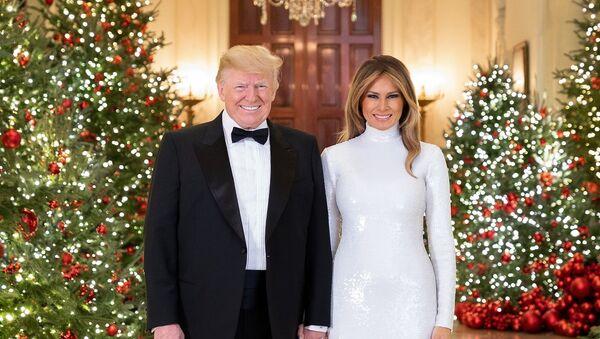 Президент США Дональд Трамп и первая леди США Меланья Трамп в рождественском интерьере Белого дома - Sputnik 日本