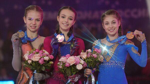 アレクサンドラ・トゥルソワ(14)、アンナ・シェルバコワ(14)、アリョーナ・コストルナヤ(15) - Sputnik 日本