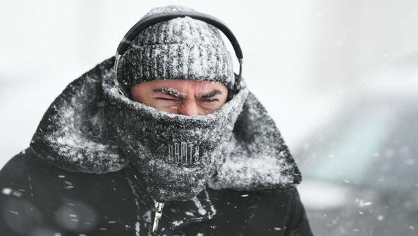 Прохожий во время снегопада в Москве - Sputnik 日本