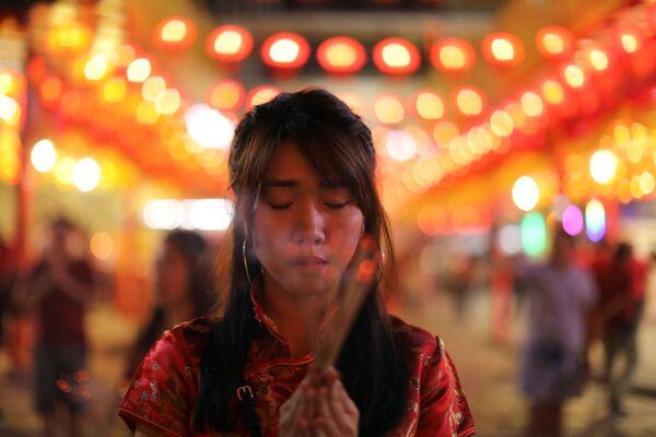 祈りをささげる女性 タイ - Sputnik 日本