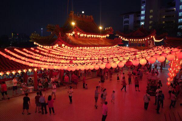 寺院の赤い灯明と来訪者 マレーシア - Sputnik 日本