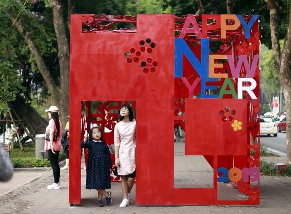 春節を祝うインスタレーションで写真を撮る子供たち ベトナム - Sputnik 日本