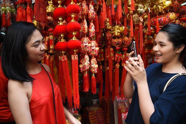 新年の飾りと女性たち フィリピン - Sputnik 日本