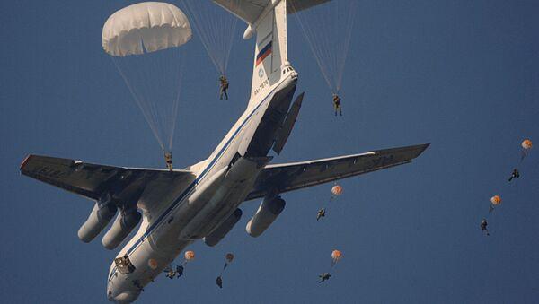 2006年の訓練で実施された、兵士や兵器、貨物のパラシュート降下 - Sputnik 日本
