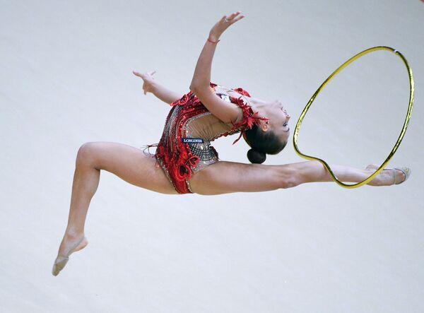 新体操のモスクワ・グランプリ決勝で、フープを使った演技を披露するジーナ・アベリナ選手(ロシア) - Sputnik 日本
