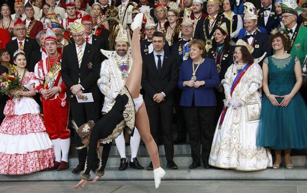 ベルリンで、カーニバルの参加者たちによる公演に出席するドイツのメルケル首相 - Sputnik 日本