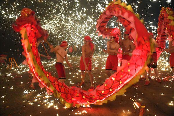 元宵節を祝い、龍舞を披露する中国の人々 - Sputnik 日本