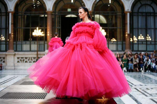 ロンドンで開催されたファッションウィークで、モリー・ゴダード氏によるブランドのドレスを紹介するモデル - Sputnik 日本