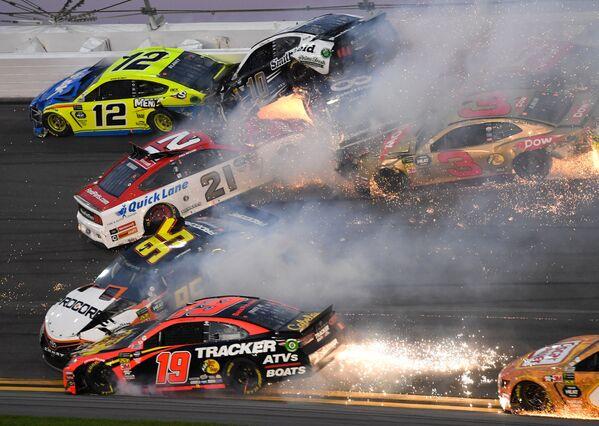 米フロリダ州で開催された自動車レース「NASCAR」で発生した、21台が巻き込まれた大クラッシュ - Sputnik 日本