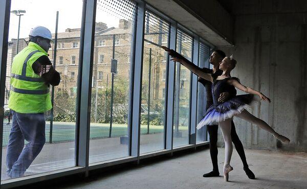 ロンドンにあるセントラル・スクール・オブ・バレエで、ガラスの向こう側からダンサーたちの授業を見守る労働者 - Sputnik 日本