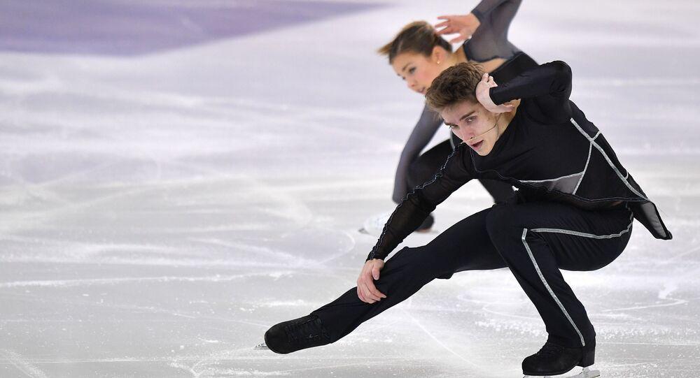 アリサ・エフィモワ選手とアレクサンドル・コロヴィン選手のペア