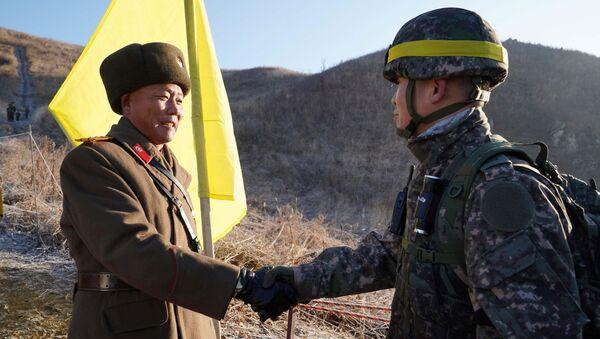Солдаты Северной и Южной Кореи впервые пересекают границу, проверяя демонтаж постов охраны - Sputnik 日本