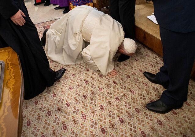 ローマ法王、南スーダン両勢力指導者の靴にキス 両者に和平呼びかけ