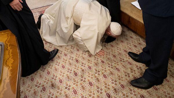ローマ法王、南スーダン両勢力指導者の靴にキス 両者に和平呼びかけ - Sputnik 日本