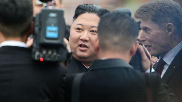 Лидер КНДР Ким Чен Ын на торжественной церемонии встречи во Владивостоке - Sputnik 日本