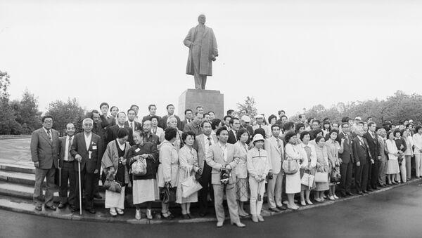 北海道からの代表団がユジノサハリンスクの中央広場のレーニン像の近くで写真撮影 - Sputnik 日本