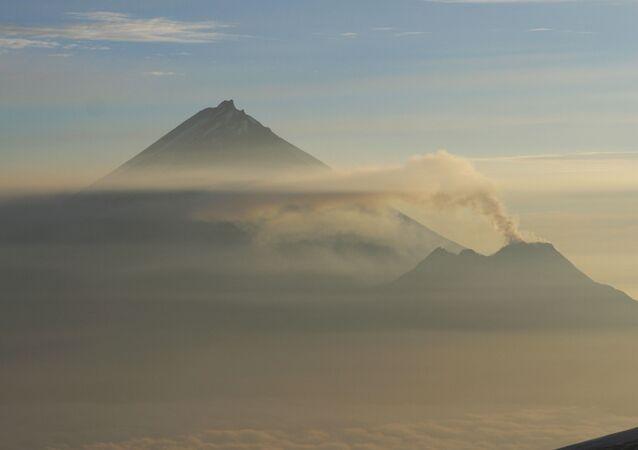 カムチャツカのベズイミャンヌイ火山が噴火開始 10キロの噴煙を噴き上げる