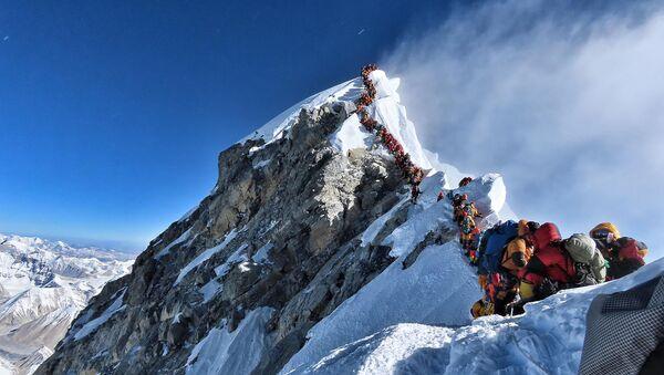 エベレスト山頂付近で200人以上が順番待ち 2人死亡 - Sputnik 日本