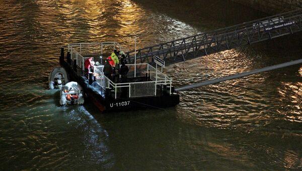 Спасательная лодка на реке Дунай после затопления туристического катера в Будапеште, Венгрия - Sputnik 日本