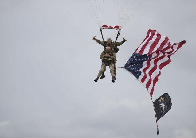 97歳の米退役軍人、ノルマンディー上陸作戦75周年で落下傘降下