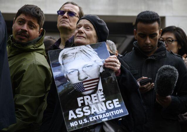 Акция сторонников Ассанжа в Лондоне