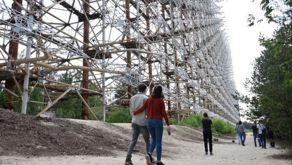 チェルノブイリ原発周辺の立ち入り禁止区域を訪れるツアーに参加する観光客 - Sputnik 日本