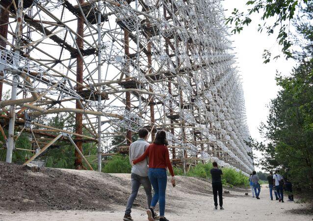 チェルノブイリ原発周辺の立ち入り禁止区域を訪れるツアーに参加する観光客