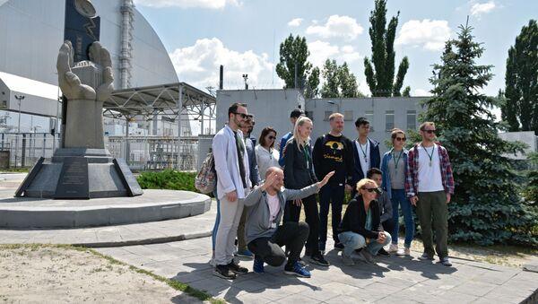 チェルノブイリ市内で写真を撮影する観光客 - Sputnik 日本
